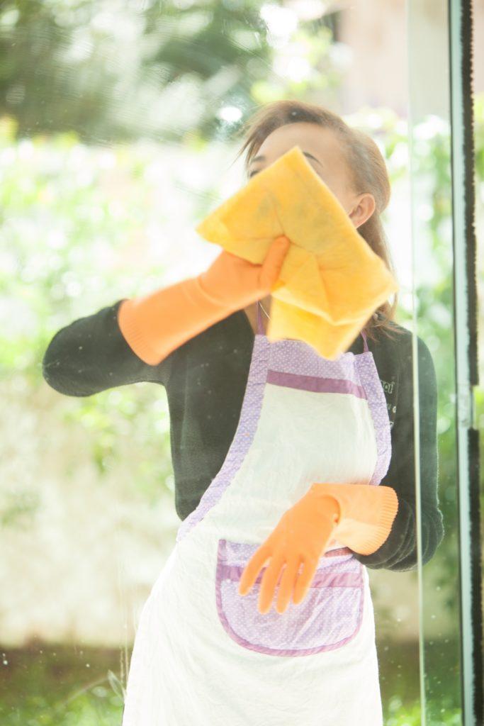 窓ガラスに汚れをつきにくくして、いつもきれいでピカピカに保つ裏ワザ