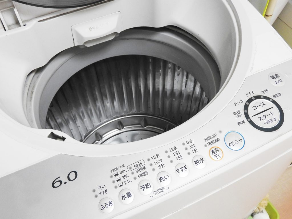 青や赤などのカラフルなシャツを洗濯するときの色落ちを防ぐ裏ワザ